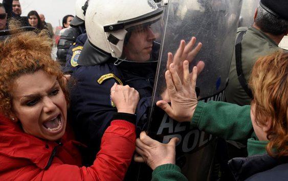 یونان به صدها پناهجوی معترض در مرز: به اردوگاهتان برگردید