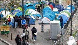 پلیس فرانسه پناهجویان خیابان خواب پاریس را جمع کرد