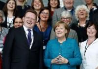 شهردار طرفدار مهاجرت در آلمان چاقوخورد